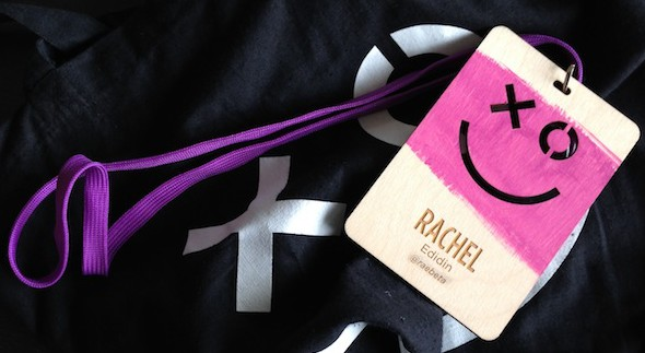 необычные бейджи для конференций xoxo badge